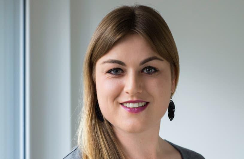 Portrait einer jungen motivierten diplomierten Pflegefachfrau.