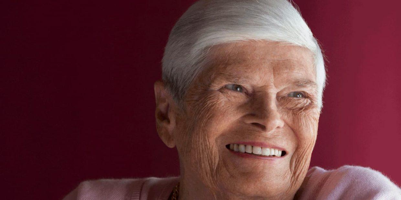 Portrait einer alten Dame mit weissen Harren die lächelt.